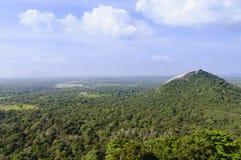 Sikt av Pidurangala från den Sigiriya fästningen Fotografering för Bildbyråer
