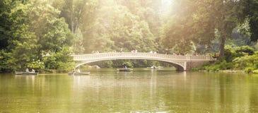 Sikt av pilbågebron i Central Park i NYC royaltyfria foton