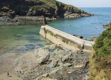 Sikt av pir och det öppna havet på Boscastle Arkivfoton