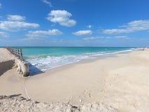 Sikt av pir på stranden i Dubai med klart blått vatten och vit sand arkivfoton