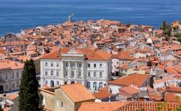Sikt av Piran och Adriatiskt havet Arkivfoton