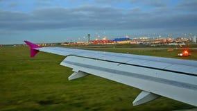 Sikt av plan landning på flykt stock video