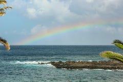 Sikt av Playaen de la Arena och regnbåge över havet, fenomenet av naturen, ljusa färger på regnbågen och molnig himmel arkivbild