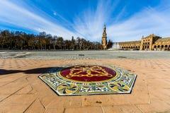 Sikt av plazaen de españa i seville med dess stengolv och ett färgrikt mosaiksymbol royaltyfria bilder