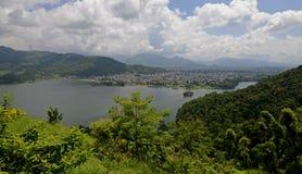 Sikt av Pokharaen och Phewa sjön, Nepal Royaltyfri Foto