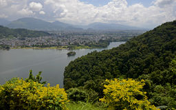 Sikt av Pokharaen och Phewa sjön, Nepal Royaltyfri Bild