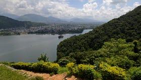 Sikt av Pokharaen och Phewa sjön, Nepal Arkivfoto