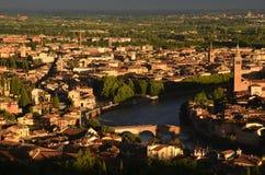 Sikt av Ponte Pietra i Verona från Santuario Madonna Di Lourdes Royaltyfri Bild