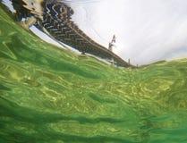 Sikt av ponton från undervattens- Royaltyfri Foto