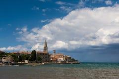 Sikt av Porec, gammal Adriatiska havet stad i Kroatien royaltyfria foton