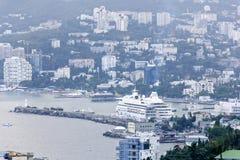 Sikt av port i Yalta, Krim Royaltyfri Fotografi