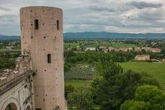 Sikt av Porta Venere, stadsport av den romerska bågen i Spello, Umbria royaltyfri foto