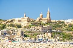 Sikt av portbystaden Mgarr på den Gozo ön, Malta royaltyfria foton