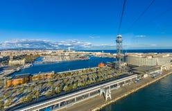 Sikt av porten av Barcelona Spanien från kabelbilen med dess palmträd och havet royaltyfria foton