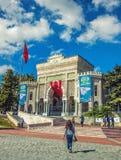Sikt av porten för huvudsaklig ingång av det Istanbul universitetet Arkivfoto