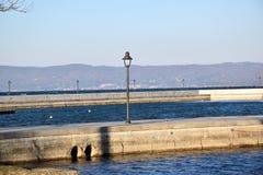 Sikt av porten med belysningpolen Arkivfoton