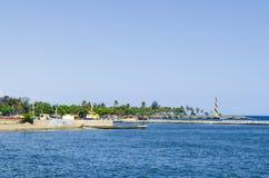 Sikt av porten av Santo Domingo Dominican Republic från den Juan Baron fyrkanten, med härlig solig dag och blått vatten royaltyfri fotografi