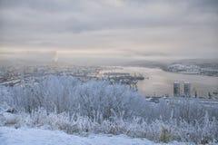 Sikt av porten, staden och fjärden från kullen i vinter Royaltyfri Fotografi