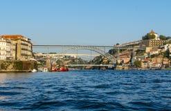Sikt av Porto och fartyg på den Douro floden Royaltyfri Bild