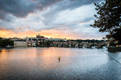Sikt av Prague i aftonen, Tjeckien Arkivbilder