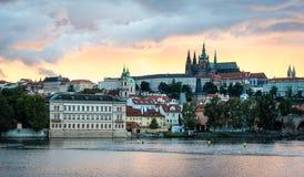 Sikt av Prague i aftonen, Tjeckien Arkivfoton
