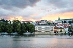 Sikt av Prague i aftonen, Tjeckien Arkivfoto