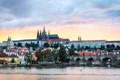 Sikt av Prague i aftonen, Tjeckien Royaltyfria Foton