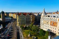 Sikt av Prague med byggnader och vägtrafik, Tjeckien arkivbild