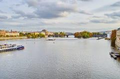Sikt av Prague, Tjeckien på kusten av Vltava Royaltyfria Foton