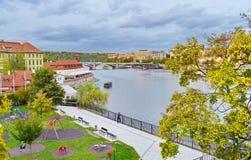 Sikt av Prague, Tjeckien, på kusten av Vltava Arkivfoto
