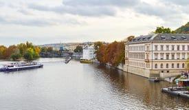 Sikt av Prague, Tjeckien på kusten av Vltava Arkivbild