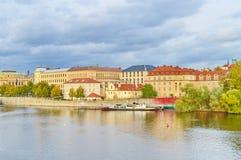 Sikt av Prague, Tjeckien på kusten av Vltava Fotografering för Bildbyråer