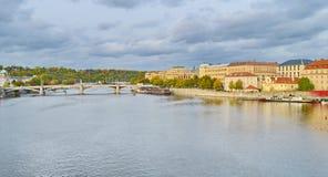 Sikt av Prague, Tjeckien på kusten av Vltava Royaltyfri Bild