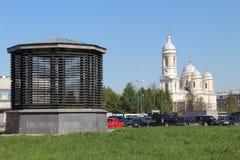 Sikt av prins-Vladimirskydomkyrkan och ventilationsaxeln av tunnelbanan arkivfoton