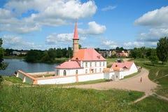 Sikt av priorsklosterslotten Solig dag i Juli Leningrad region Arkivfoto