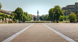 Sikt av promenaden framme av basilikan av Lourdes Royaltyfri Foto