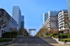 Sikt av promenaden i området av Laförsvar i Paris royaltyfri bild