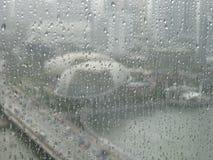 Sikt av promenaden till och med ett vått fönster Arkivfoto