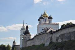 Sikt av Pskov Krom och Treenighetdomkyrkan - den mest högväxta byggnaden i Pskov på en sommarAugusti dag, Ryssland arkivbild