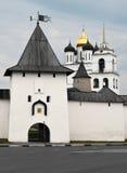 Sikt av Pskov& x27; s kremlin och kyrka av helig Treenighet Arkivfoto