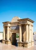 Sikt av Puerta del Puente i Cordoba, Spanien royaltyfria foton