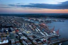 Sikt av Puget Sound med blåa himlar och i stadens centrum Seattle, Washington, USA royaltyfri fotografi