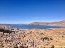 Sikt av Puno och sjön Titicaca från över royaltyfri foto