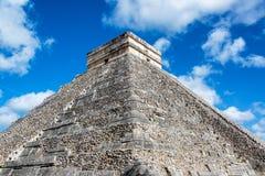 Sikt av pyramiden av Kukulcan Royaltyfria Bilder