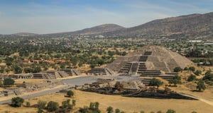 Sikt av pyramiden av måneROM-minnet pyramiden av solen, Teotihuacan, Mexico Arkivbild