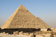 Sikt av pyramiderna av Khafre och Khufu i Giza Royaltyfri Foto