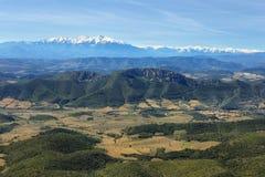 Sikt av pyrenees från chateauen Aguilar, Frankrike arkivbilder