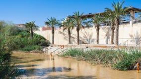 Sikt av Qasr el Yahud i Jordan River från Jordanien Arkivbilder