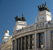 Sikt av quadrigaen på överkanten av en byggnad i Madrid royaltyfri foto