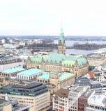 Sikt av Rathausen i Hamburg från Sten Nicholas Church Arkivfoto